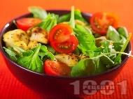 Спаначена салата със запържени пилешки хапки от гърди и чери домати